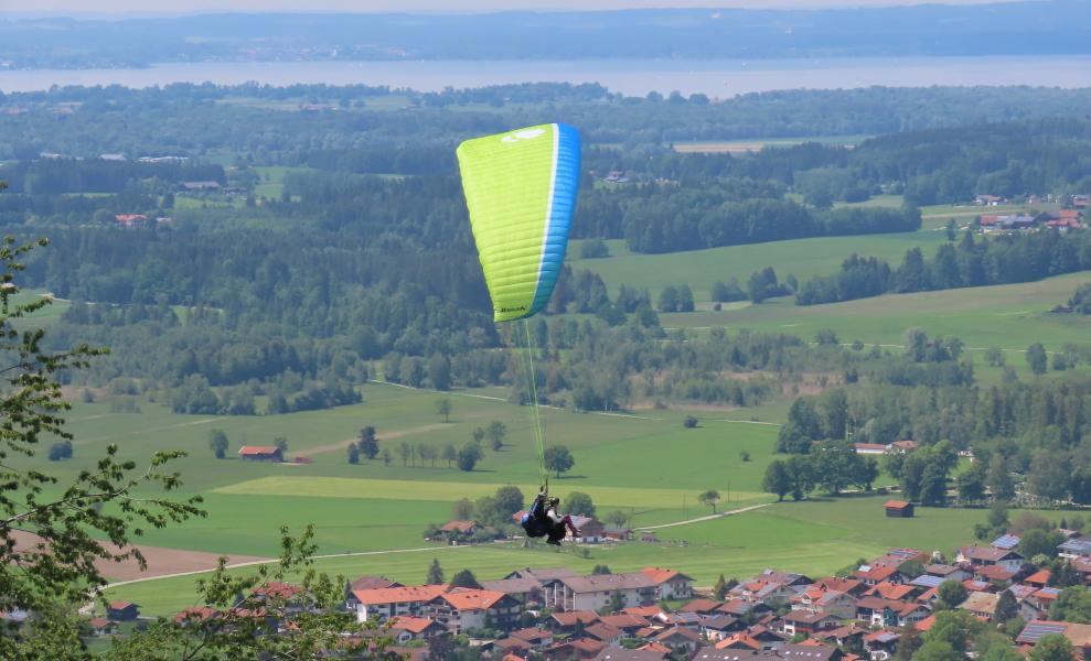 Tandem-Gleitschirmfliegen am Chiemsee im Chiemgau